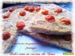 Focaccia con pomodorini cipolle e formaggio