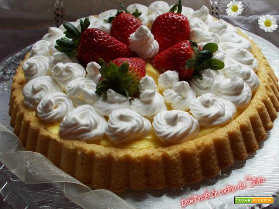 Crostata alla crema con panna  e fragole