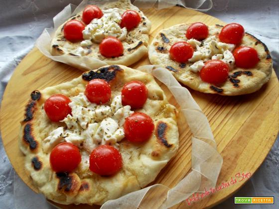 Focaccine con pomodorini e mozzarella cotte in padella