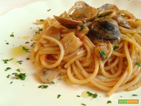 Spaghetti con vongole e funghi
