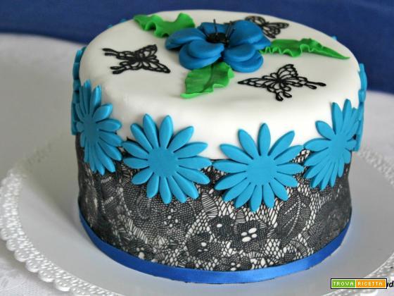 Torta festosa al cacao e pasta di zucchero