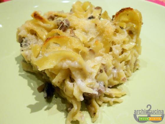 Tagliatelle al forno con salsiccia, funghi e crema di provolone