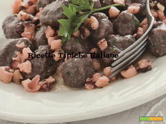 Gnocchi di riso nero con ragù di polpo