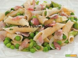 Garganelli con piselli, lattuga e pancetta