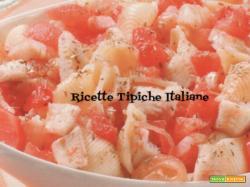 Pasta fredda con pesce persico e pomodori