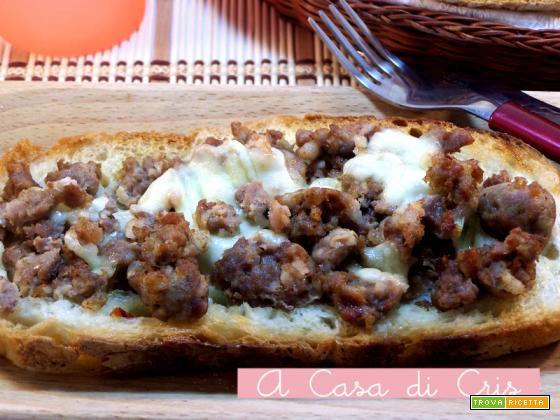 Crostini con salsiccia piccante e mozzarella di bufala