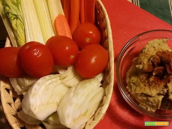 Hummus, patè di ceci per accompagnare verdure crude