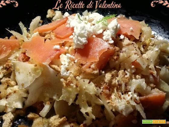 Insalata croccante con trota salmonata affumicata, feta e briciole integrali