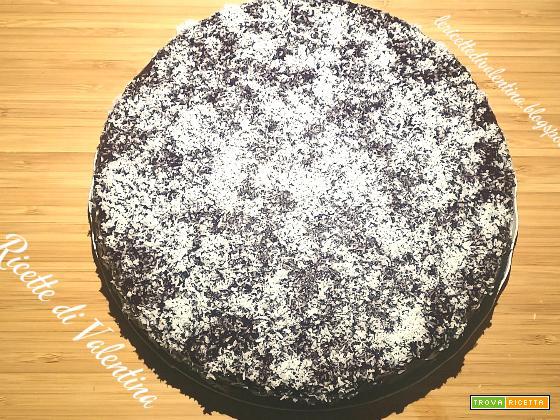Torta al cioccolato con crema al cocco e copertura di cioccolato fondente senza latte e senza uova