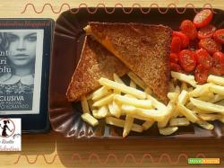 MANGIA CIO' CHE LEGGI # 62: Grilled cheese con pomodorini e patatine fritte da  I 100 colori del Blu di Amy Harmon
