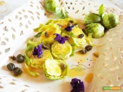 Sali Minerali a Tavola: insalatina di Cavoletti  di Bruxelles crudi   con salsina agra a base di Capperi.
