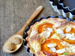 Crostatine con crema frangipane e albicocche