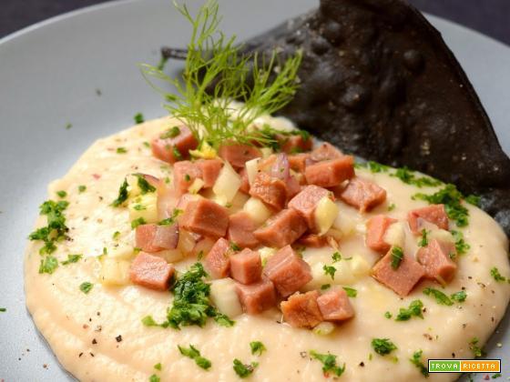 Crema di cannellini, tonno salato e triangoli croccanti al nero di seppia