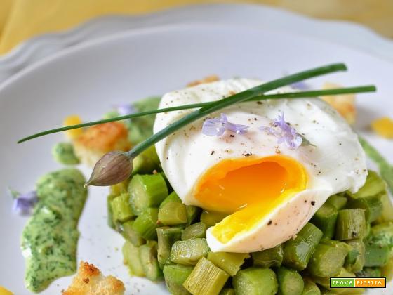 Tartare di asparagi con uovo in camicia, salsa al crescione e pane croccante