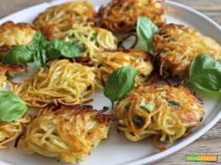 Spaghi fritti con zucchine e mozzarella