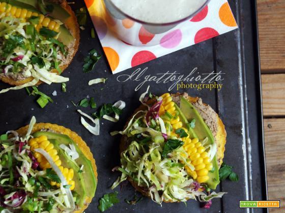 Tostadas (vegan) con hummus di ceci neri, avocado e mais