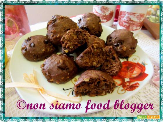 Biscotti al cioccolato morbidi con granella di nocciole, ovvero double chocolate chips cookies  light a modo mio