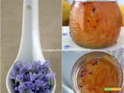 Marmellata di limoni all'inglese con fiori di rosmarino