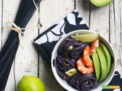 Essenza: Insalata si noodles di riso nero con mazzancolle e avocado