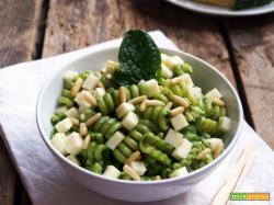 Insalata di pasta con pesto di spinaci, montasio e pinoli
