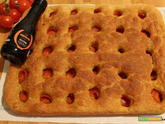 Focaccia alta e soffice con pomodorini