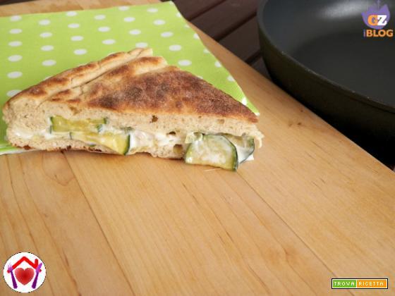Focaccia in padella con aglio porro, asparagi e zucchine
