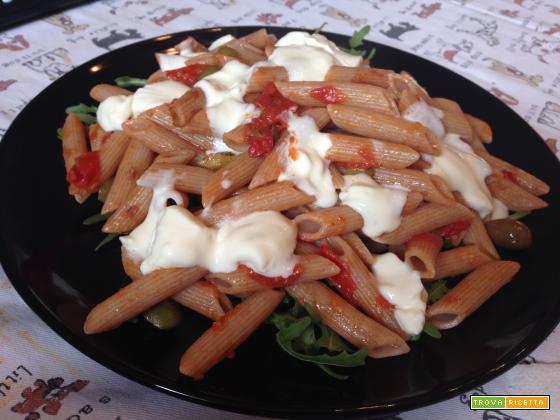 Senza Bimby, Penne Semi Integrali al Farro con Pomodorini, Olive Veri, Olive taggiasche e Stracchino su letto di Rucola
