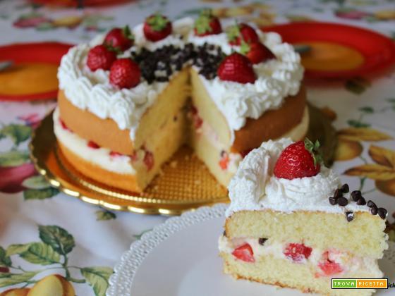 Torta soffice con crema chantilly, fragole e gocce di cioccolato