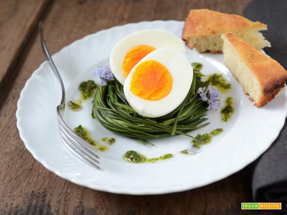 Nidi di agretti con uova e salsa di capperi e acciughe