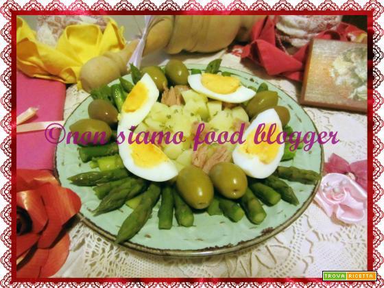 Insalata di asparagi e patate con uova sode, olive e tonno