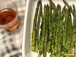 Asparagi ubriachi al forno con erbe aromatiche