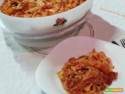 Pappardelle al forno con salsa di pomodoro e piselli