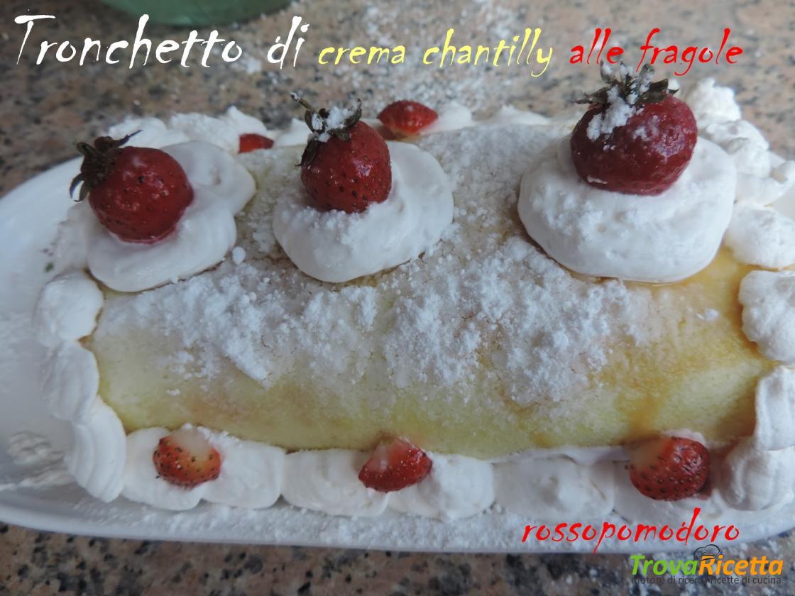 Tronchetto Di Natale Con Crema Chantilly.Tronchetto Di Crema Chantilly Alle Fragole Ricetta Trovaricetta Com