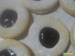 Biscotti occhio di bue cioccolato fondente e marmellata