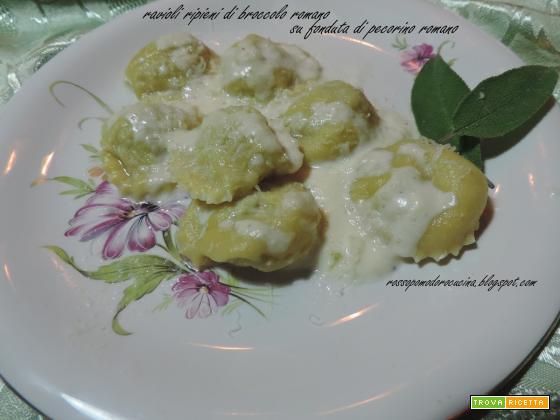 Ravioli ripieni di broccolo romano su fonduta di pecorino romano