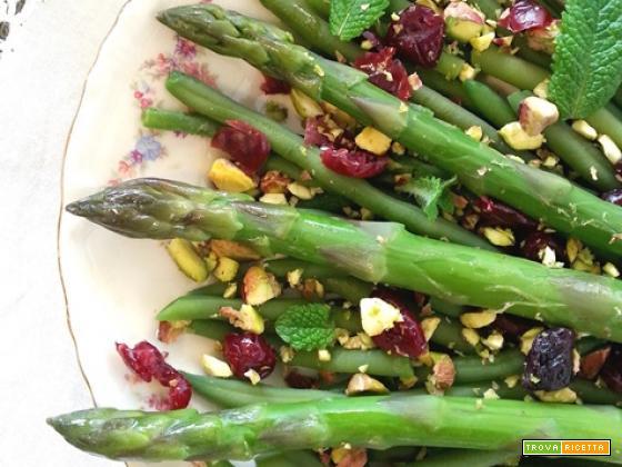 Asparagi, fagiolini pistacchi e mirtilli salad