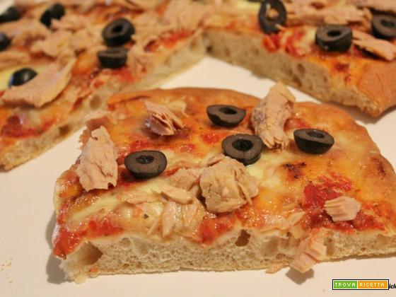 Pizza semintegrale con mozzarella, tonno e olive