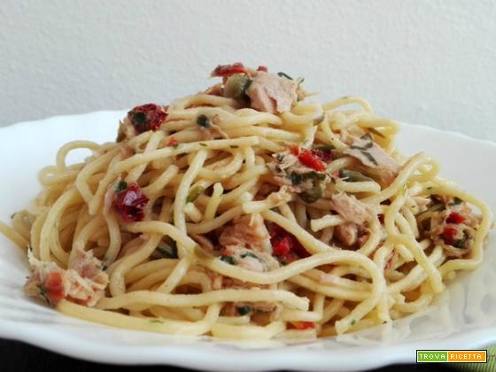 Spaghetti con tonno e capperi