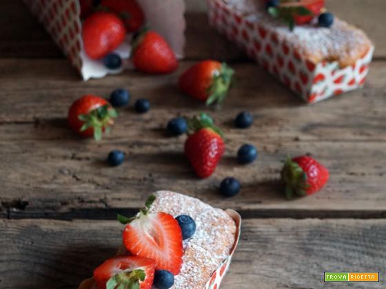 Sweet friday: Mini-cakes soffici con fragole e mirtilli