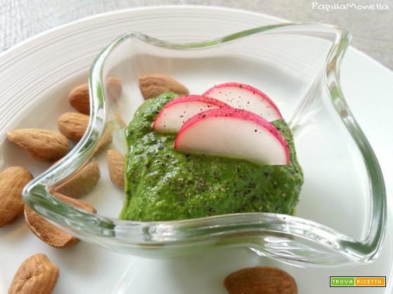 Pesto di foglie di ravanelli e frutta secca