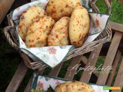Focaccine con pancetta, formaggio ed erbe aromatiche