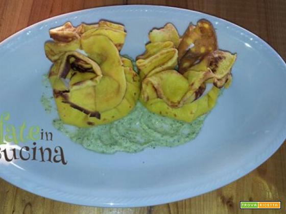 Fagottini di crepes con calamari, salmone e crema di zucchine