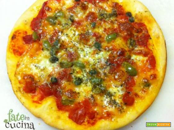 Pizza Mediterranea con Capperi, Olive e Acciughe