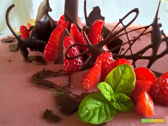 Torta vegana con crema vegana di fragole decorata con  cioccolato fondente e menta fresca!