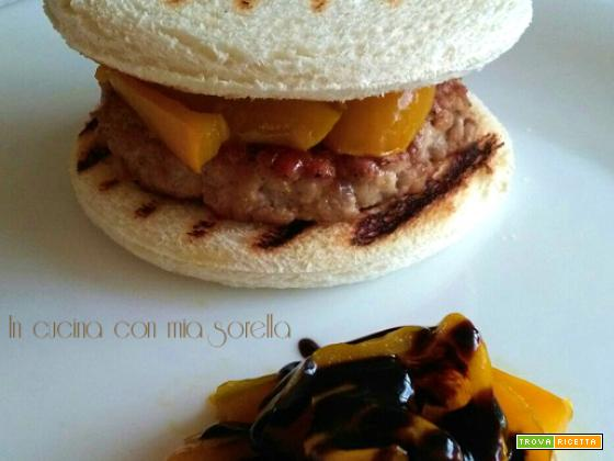 Hamburger di suino e peperoni glassati all'aceto balsamico