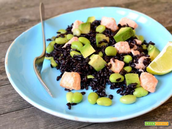 Insalata di riso Venere con salmone, avocado e edamame
