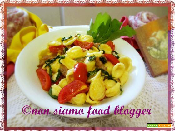 Orecchiette con rucola, pomodorini e salsiccia