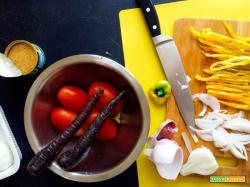 Insalatona di pomodori con peperoni, carote nere, cipolla di Tropea, tonno, mozzarella e crostini di pane studentfriendly