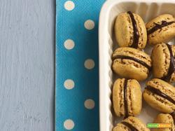Macaron con farina di nocciole e ganache al cioccolato fondente e baileys irish cream
