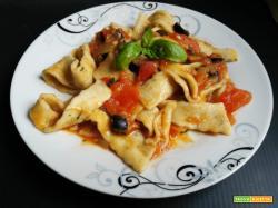 Pappardelle al basilico con sugo di pomodori ed olive